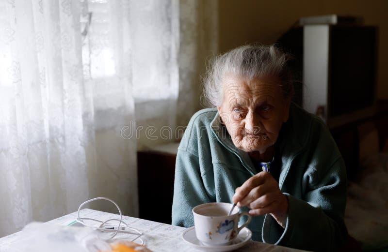 Donna sola anziana fotografia stock libera da diritti