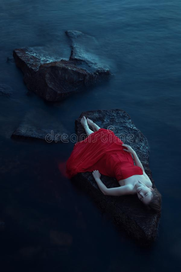 Donna sola vicino al mare immagine stock