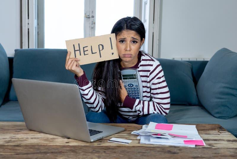 Donna sollecitata che chiede l'aiuto nella casa di contabilità e di attività bancarie online e nelle spese della carta di credito fotografia stock