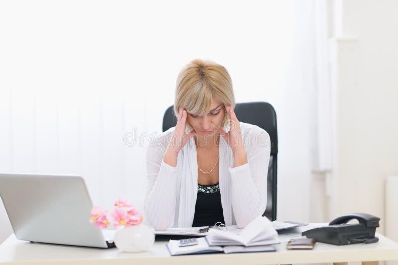 Donna sollecitata di affari di Medio Evo all'ufficio immagine stock