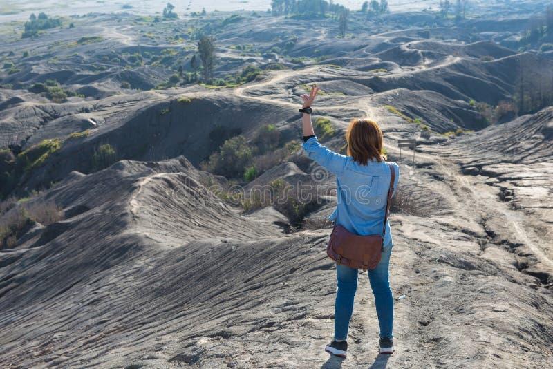 Donna sopra la cenere vulcanica di strato come terra della sabbia del supporto Bromo fotografia stock