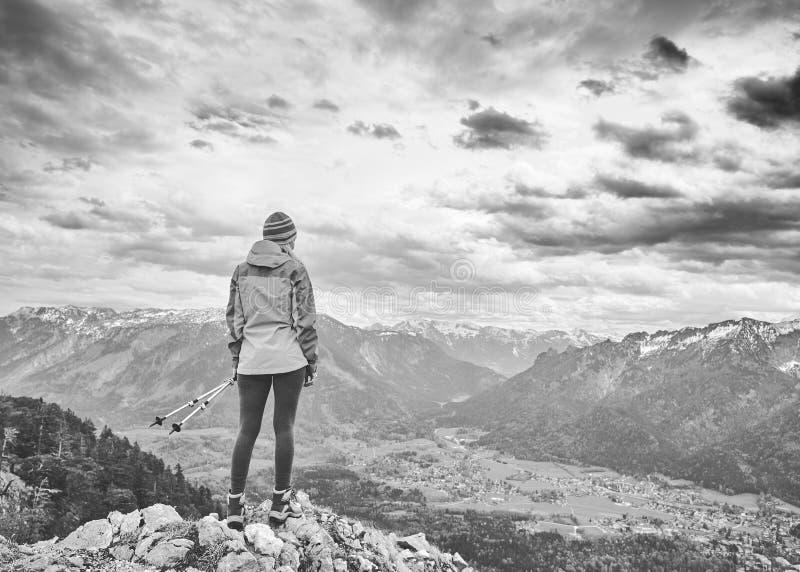 Donna sopra la montagna fotografia stock libera da diritti