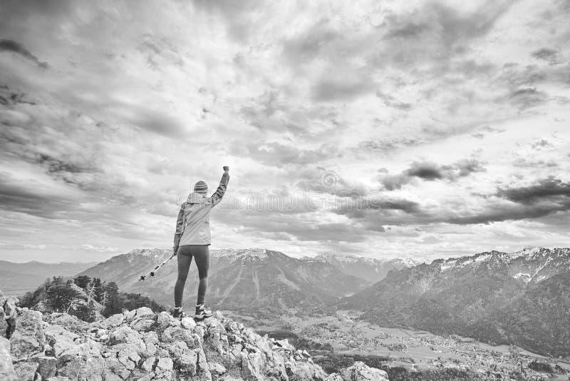 Donna sopra la montagna fotografie stock