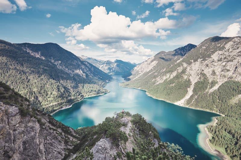 Donna sopra la montagna vicino al lago fotografia stock