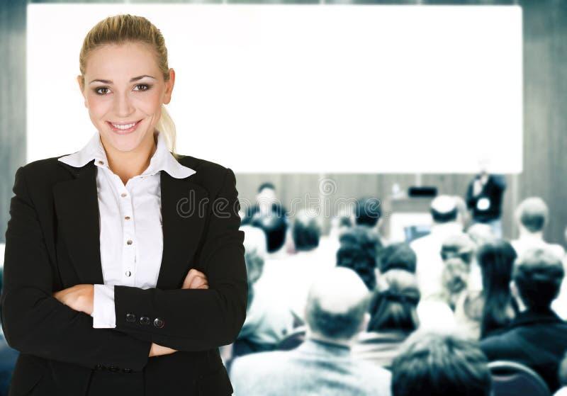 Donna sopra la sala per conferenze fotografie stock libere da diritti