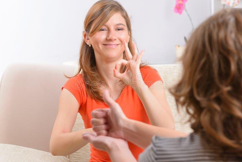 Donna sorda che impara linguaggio dei segni fotografia stock