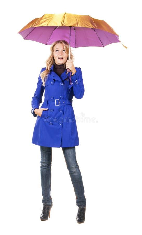 Donna sorpresa bella con l'ombrello fotografie stock libere da diritti