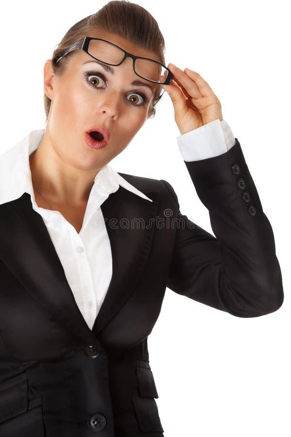 Donna sorpresa di affari con gli occhiali a disposizione fotografia stock