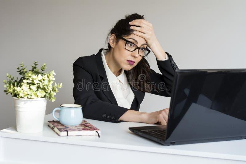 Donna sorpresa di affari in ufficio immagini stock