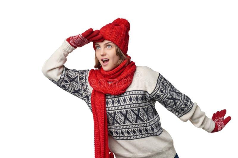 Donna sorpresa di inverno che guarda in avanti fotografie stock
