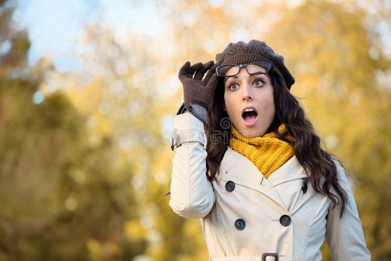 Donna sorpresa modo con gli occhiali in autunno immagini stock libere da diritti