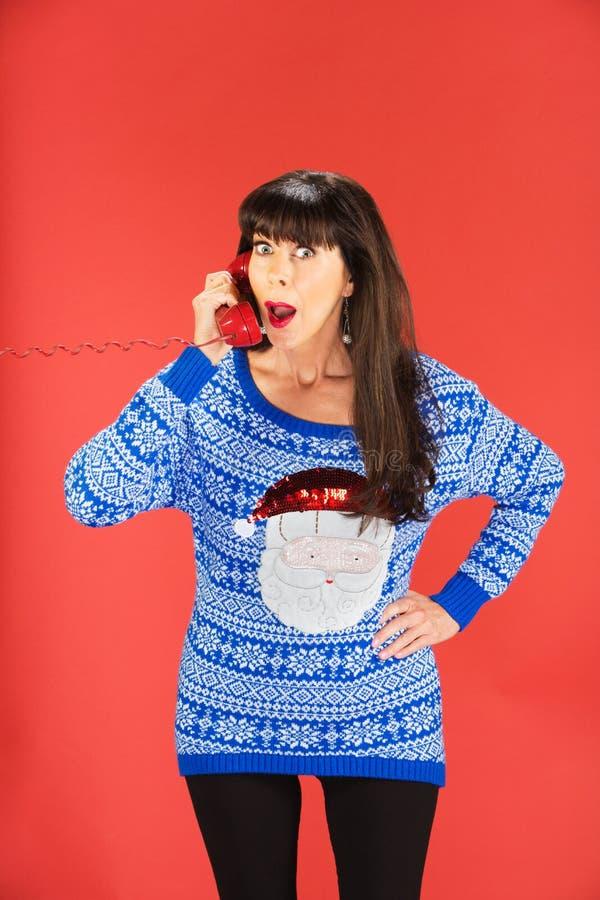 Donna sorpresa sul telefono rosso fotografie stock libere da diritti