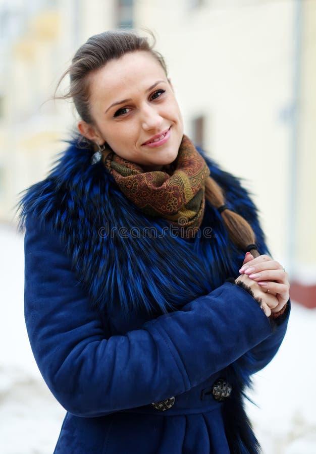 Donna sorridente alla città invernale fotografia stock libera da diritti