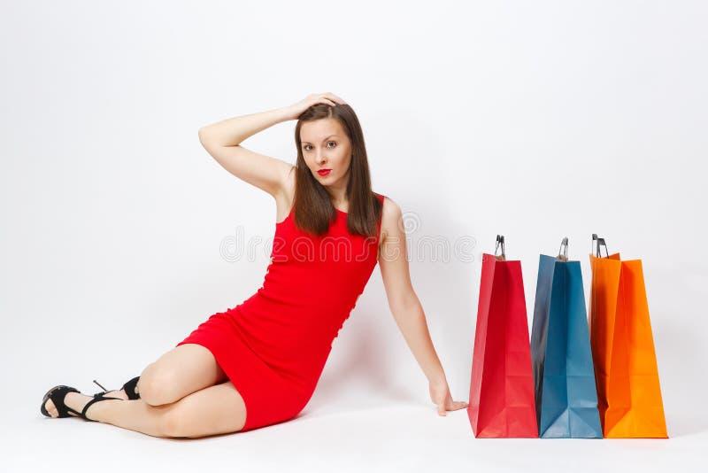 Donna sorridente alla moda caucasica di fascino attraente giovane in vestito rosso isolato su fondo bianco Copi la pubblicità del fotografie stock libere da diritti