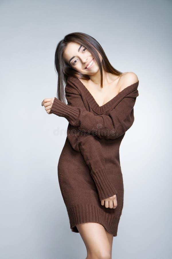 Donna sorridente attraente con capelli lunghi su grey immagine stock libera da diritti