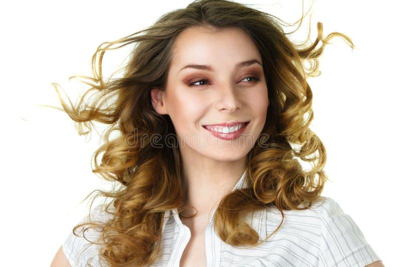 Donna sorridente attraente con lungamente immagini stock libere da diritti