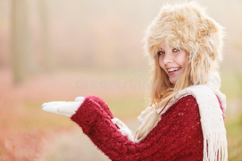 Donna sorridente in cappello di inverno della pelliccia con copyspace immagini stock libere da diritti