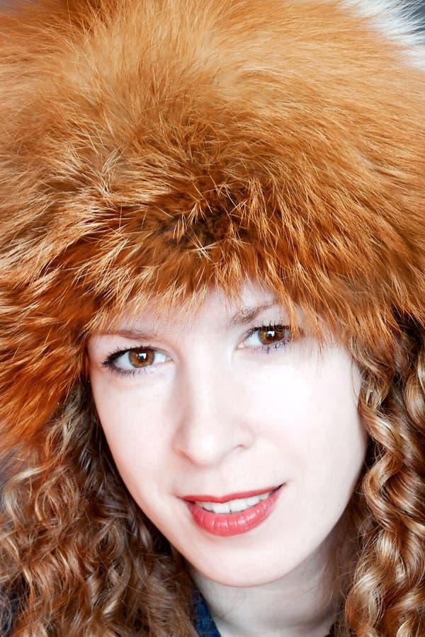 Donna sorridente in cappello di pelliccia fotografie stock libere da diritti