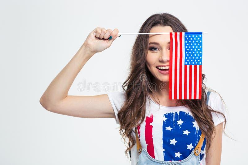 Donna sorridente che copre il suo occhio di bandiera di U.S.A. fotografia stock libera da diritti