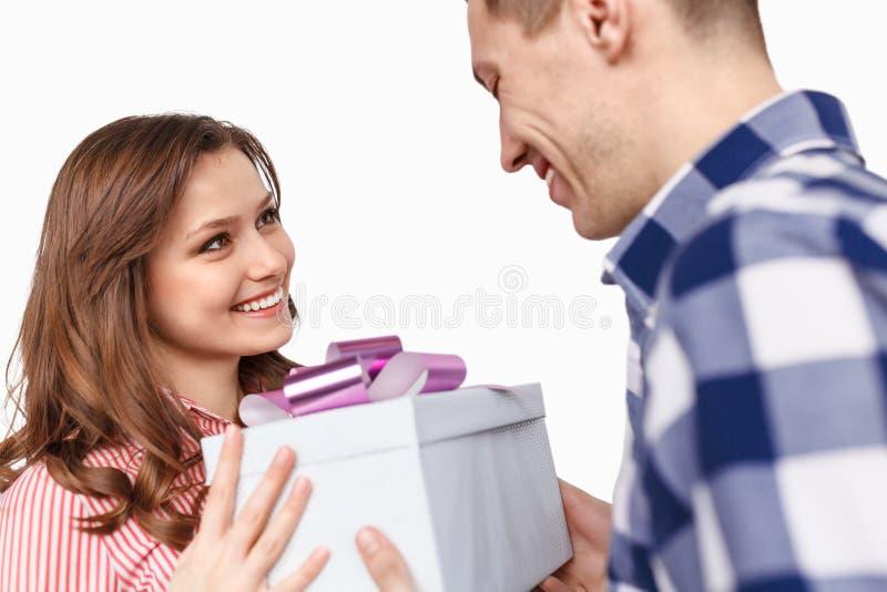 Donna sorridente che dà presente al ragazzo immagini stock