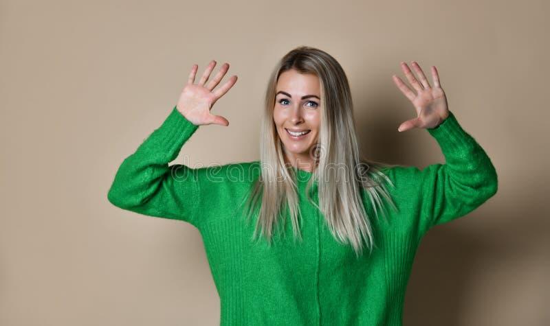 Donna sorridente che fa livello cinque con la sua mano fotografia stock libera da diritti
