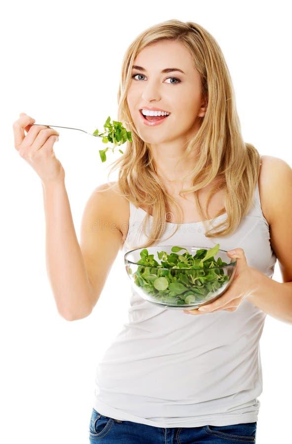 donna sorridente che mangia salat fotografie stock libere da diritti
