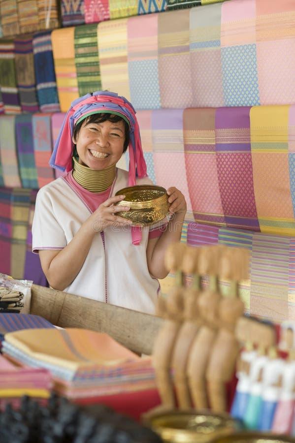 Donna sorridente che porta il costume tradizionale della tribù della collina fotografia stock