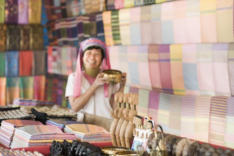 Donna sorridente che porta il costume tradizionale della tribù della collina fotografie stock libere da diritti