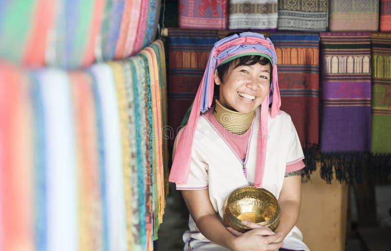 Donna sorridente che porta il costume tradizionale della tribù della collina fotografia stock libera da diritti