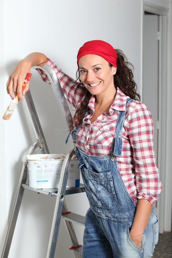 Donna sorridente che riforma casa immagini stock