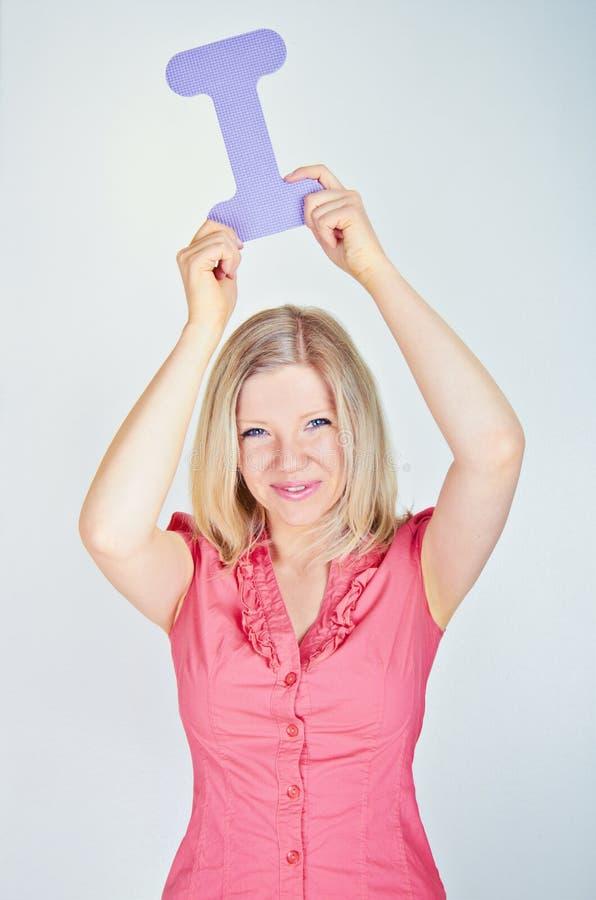 Donna sorridente che tiene la lettera I fotografia stock