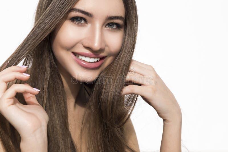 Donna sorridente che tocca i suoi capelli immagine stock libera da diritti