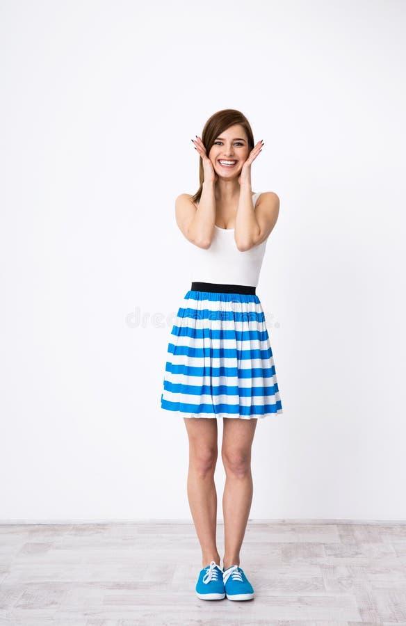 Donna sorridente che tocca il suo fronte fotografia stock libera da diritti