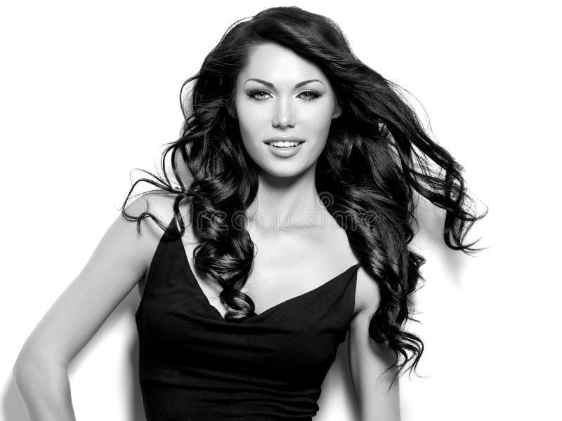 Donna sorridente con capelli lunghi fotografia stock