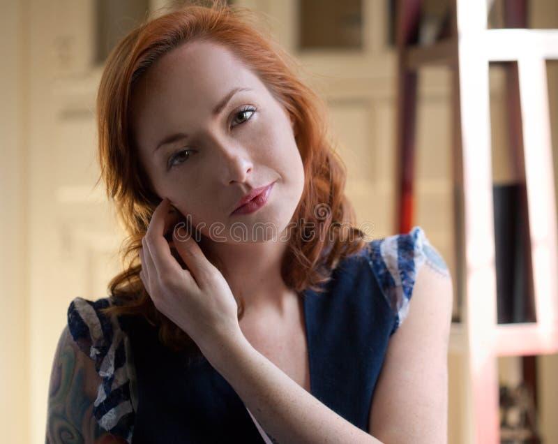 Donna sorridente con capelli ricci e le lentiggini fotografia stock libera da diritti