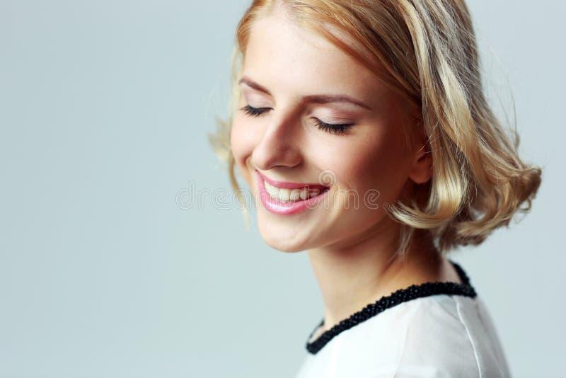 Donna sorridente con gli occhi chiusi fotografie stock