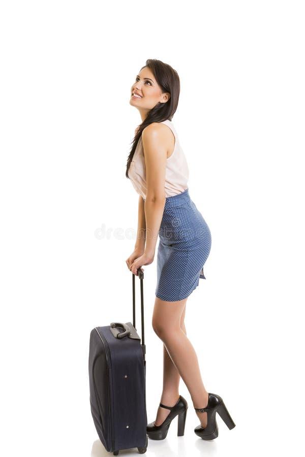 Donna sorridente con i bagagli di viaggio fotografia stock