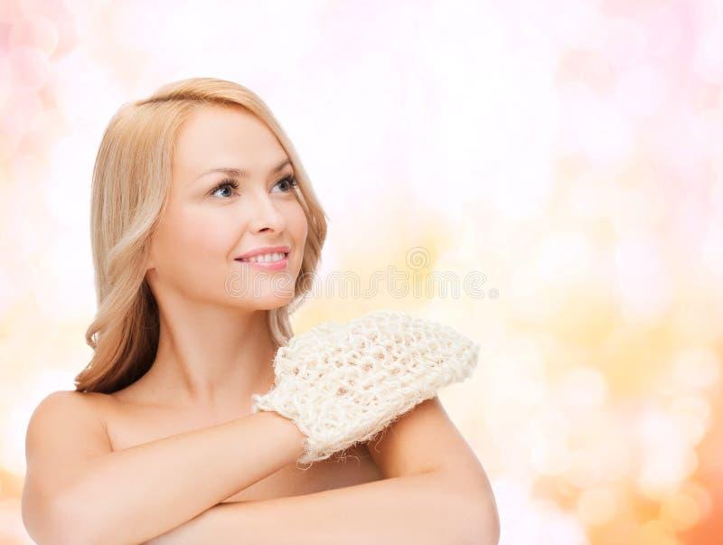 Donna sorridente con il guanto di sfaldamento fotografia stock