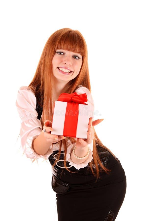 Donna sorridente con il regalo fotografie stock