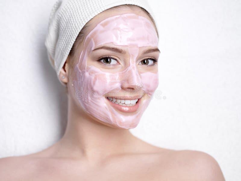 Donna sorridente con la mascherina facciale fotografia stock libera da diritti