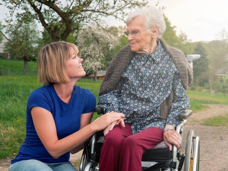 Donna sorridente con la nonna fotografia stock libera da diritti