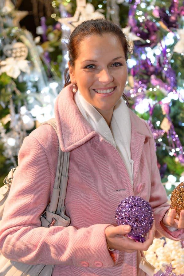 Donna sorridente con le palle brillanti di natale for Antifurto con le palle