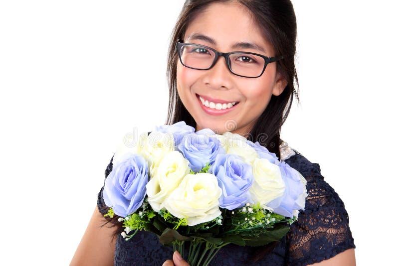 Donna sorridente con le rose bianche e blu fotografia stock