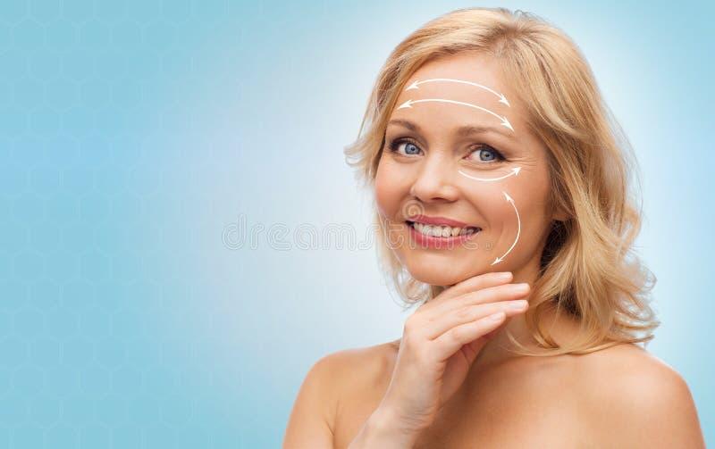 Donna sorridente con le spalle nude che toccano fronte immagine stock libera da diritti