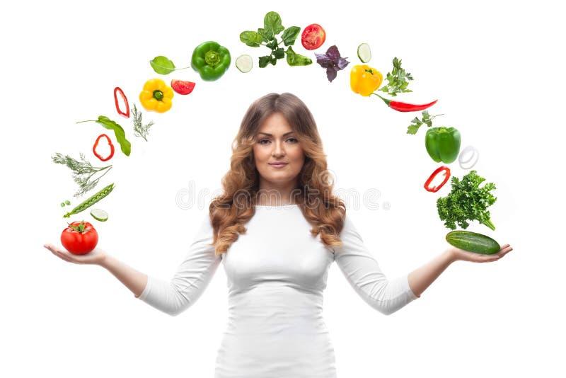 Donna sorridente con le verdure isolate immagine stock