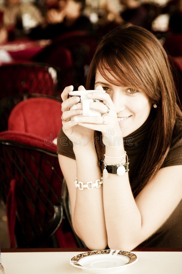 Donna sorridente con una tazza di caffè fotografia stock