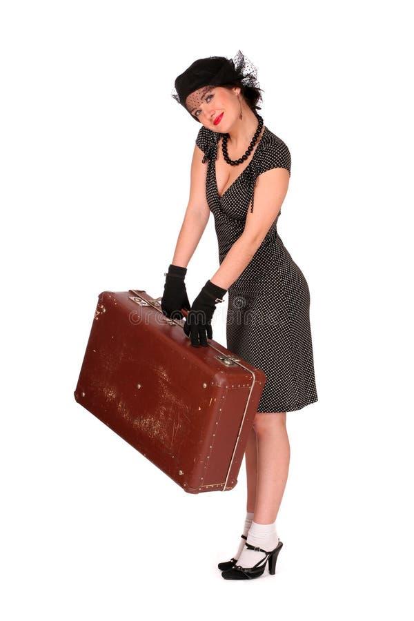 Donna sorridente con una valigia immagine stock