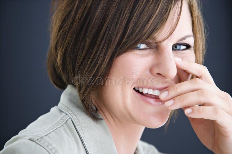 Donna sorridente del brunette. fotografia stock libera da diritti