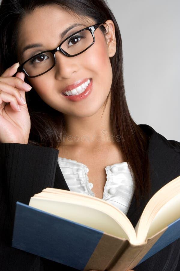 Donna sorridente del libro fotografie stock libere da diritti