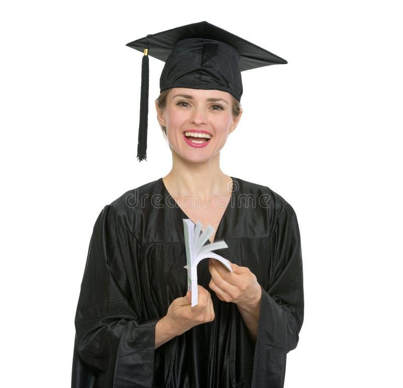 Donna sorridente dell'allievo di graduazione che conta gli euro immagine stock